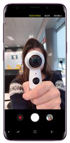 Blicken Sie in die Frontkamera und nehmen Sie ein Selfie auf, indem Sie auf die Auslöse-Taste tippen. Der Selfie Fokus wird automatisch auf das aufgenommene Selfie angewendet