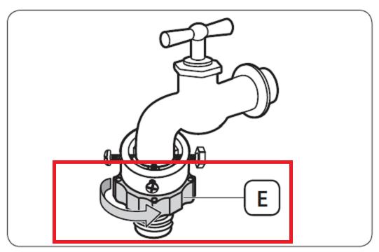 Es wird gezeigt, wie der Adapter am Wasserhahn angeschlossen wird.