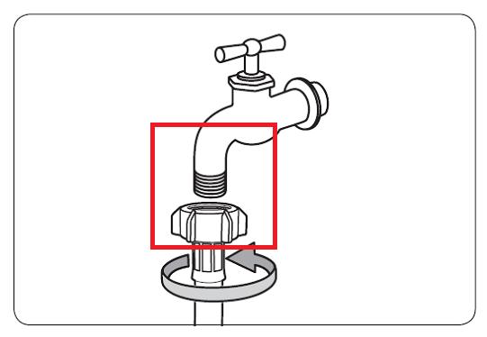 Es wird angezeigt, wie ein Frischwasserschlauch an einen Wasserhahn mit Drehgewinde angeschlossen wird.