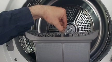 Den Filtereinsatz des Samsung Trockners herausziehen.