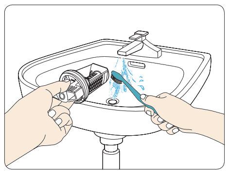 Flusensieb von einem Samsung Waschtrockner mit einer Bürste reinigen