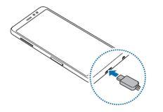 Tilslut USB-kablet til USB-strømadapteren og indsæt USB-kablet i enhedens multifunktionsstik