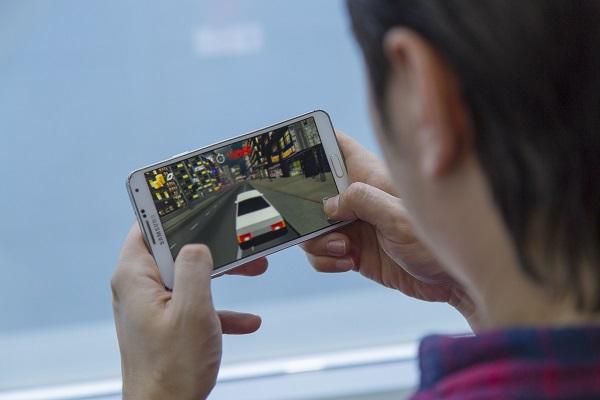 Игры на смартфоне сильно разряжают батарею
