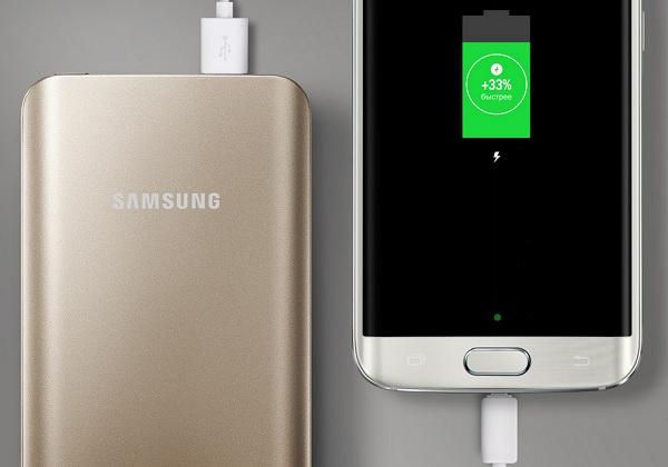 Внешний аккумулятор заряжает смартфон